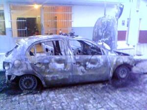 Carro da PM foi destruído pelo fogo em Jucurutu (Foto: Soldado Franco/PM)