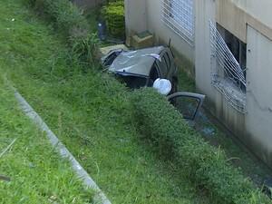 Carro cai em pátio de condomínio do RS (Foto: Reprodução/RBS TV)