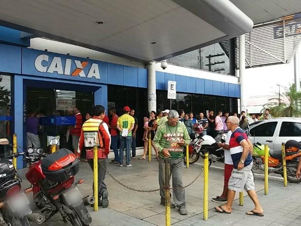 Agências registraram fila na manhã desta sexta-feria (10) (Foto: Suelen Gonçalves/G1 AM)
