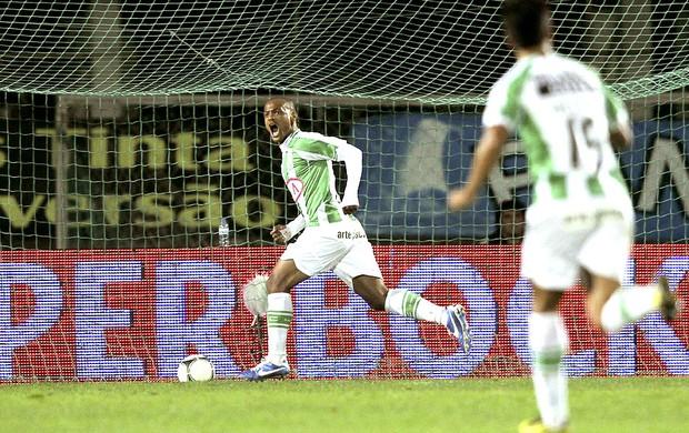 Meyong comemora gol do Vitoria de Setubal contra o Sporting (Foto: EFE)