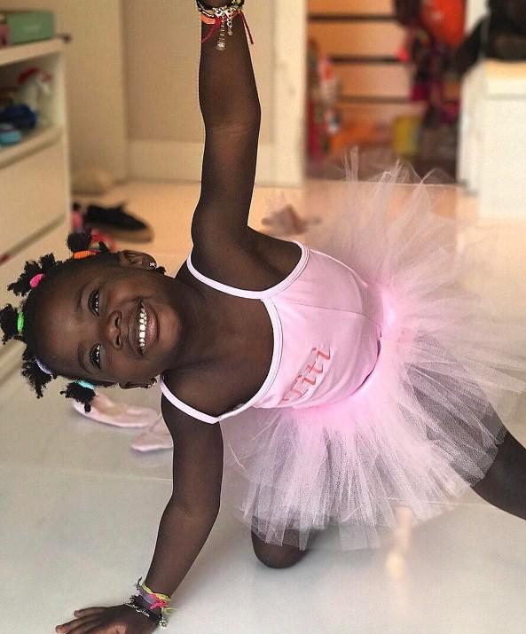 Titi se diverte brincando de bailarina  (Foto: reprodução/Instagram)