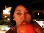 Roberta Miranda sensualiza com romã e fã a elogia: 'É mais gostosa'