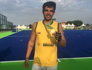 Matheus Borges com a medalha de ouro e a tatuagem dos anéis olpimpicos no antebraço direito (Foto: Carol Fontes)