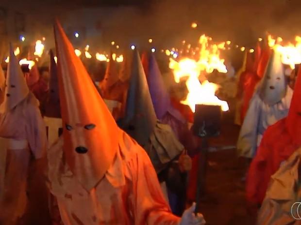 Procissão do Fogaréu, cidade de Goiás (Foto: Reprodução/ TV Anhanguera)