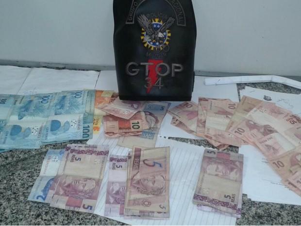 Dinheiro encontrado com quadrilha suspeita de assaltar loja de conveniência de banco em Planaltina, no DF (Foto: Polícia Militar/Divulgação)