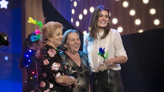 Camila Queiroz se emociona com espetáculo de circo feito pela família