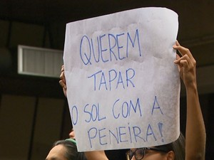 Manifestante na Câmara de Ribeirão Preto (Foto: Ronaldo Oliveira/EPTV)