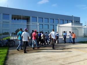 Venezuelanos aguardam para entrar na sede da superitendência da PF, em Boa Vista (Foto: Emily Costa/ G1 RR)