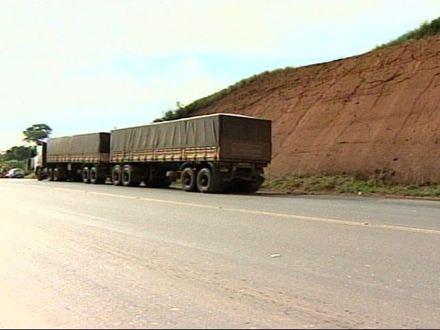 Caminhão parado na pista foi atingido por carro de passeio (Foto: Reprodução/TV Gazeta Noroeste)