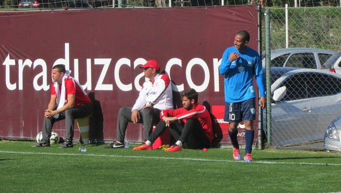 Jogador do Novo Hamburgo comemora o gol no jogo treino contra o Internacional (Foto: Tomás Hammes/GloboEsporte.com)