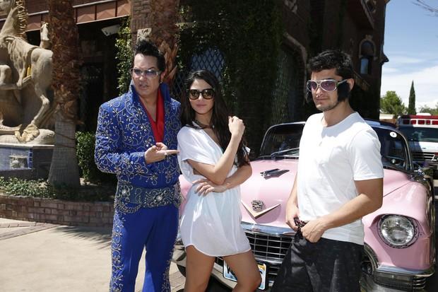 Carol Castro e Bruno Gissoni posam com sósia de Elvis Presley (Foto: Felipe Panfili/AgNews)