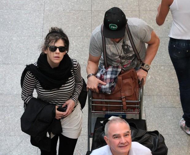 Bárbara Paz no aeroporto de Congonhas (Foto: Orlando Oliveira / AgNews)