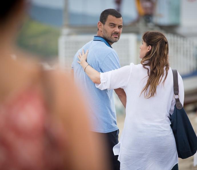 Mesmo arrasada, Domingas incentiva César a voltar com a esposa (Foto: Fabiano Battaglin/Gshow)
