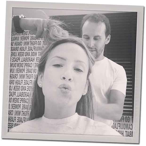 O primeiro clique compartilhado por Claudia Leitte, no momento em que Marcos Proença entrava em ação para o novo look da cantora (Foto: Reprodução/Instagram)