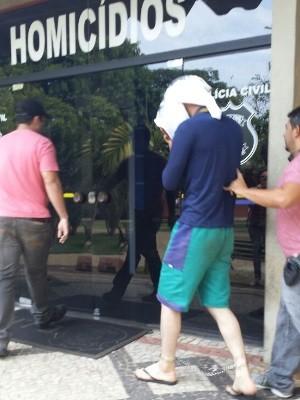 Suposto serial killer chega para depor na DIH em Goiânia, Goiás (Foto: Galtiery Rodrigues/O Popular)