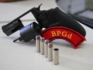 Arma encontrada pela polícia possuia 5 projéteis, sendo 1 deflagrado. (Foto: Jonathan  Lins/G1)