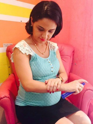 Leily Costa, de 30 anos, faz uso de repelente após possível ligação entre microcefalia e zika vírus (Foto: Arquivo Pessoal)