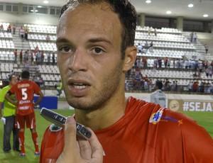 Carlao marcou o primeiro gol da vitória do CRB (Foto: Henrique Pereira / Globoesporte.com)