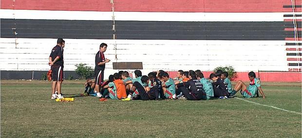 Tanaka passa últimas orientações no treino do Botafogo, antes de encarar o Comercial (Foto: Antonio Luiz / EPTV)
