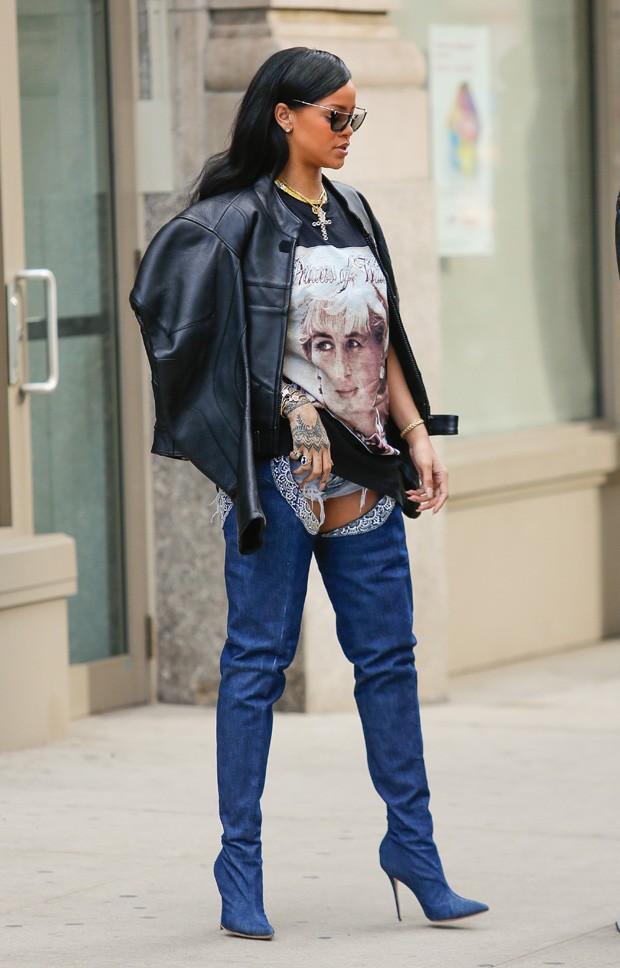 b1c60661ee Jennifer Lopez usa botas jeans até a cintura