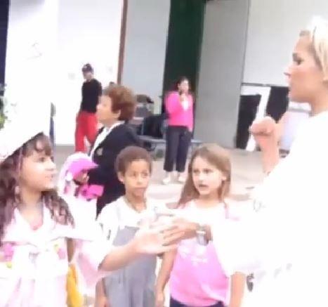 Bruna Marquezine e Sasha em vídeo de 2004 postado por Xuxa em rede social (Foto: Facebook/Reprodução)