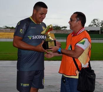 Tonho Cabañas recebe troféu de artilheiro do Acreano 2016 (Foto: Nathacha Albuquerque)