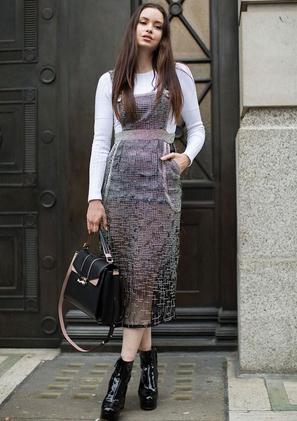 O vestido virou a terceira (ou segunda) camada mais famosa no street style (Foto: Imaxtree)