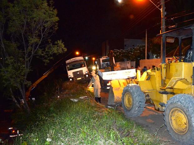 Dois guinchos e um trator participaram da ação para remover o caminhão que ficou preso em um barranco (Foto: Walter Paparazzo/G1)