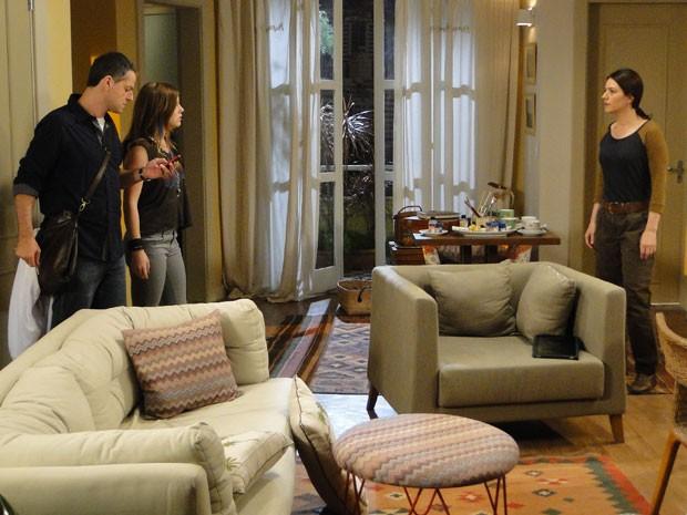 Lia rouba celular da mãe e mostra as fotos para Lorenzo (Foto: Malhação / Tv Globo)