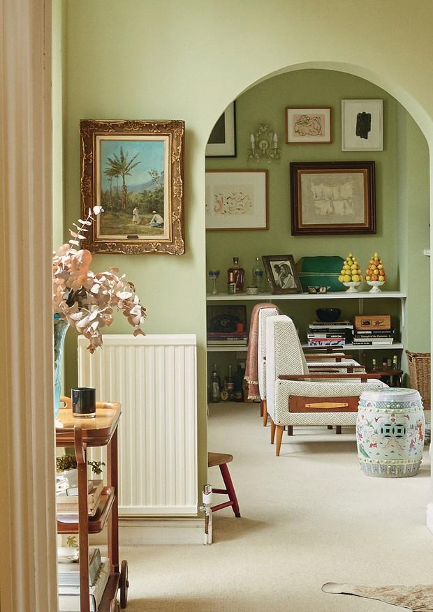 A sala de estar com carrinho e poltronas vintage, dos anos 40 e 50, e quadros de Benedito Calixto, Iran do Espírito Santo, Ivan Mosca e Marepe (Foto: Joe Hunt)