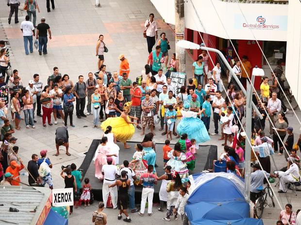 Apresentações atraíram diversas pessoas que passavam pelas ruas do comércio (Foto: Jonathan Lins/G1)