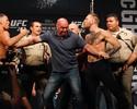 Policiais ajudam a separar McGregor e Nate Diaz em pesagem do UFC 202