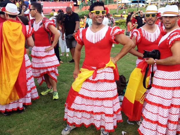 0615402b260f3 Espanhol usa traje feminino para curtir partida entre Holanda e Espanha