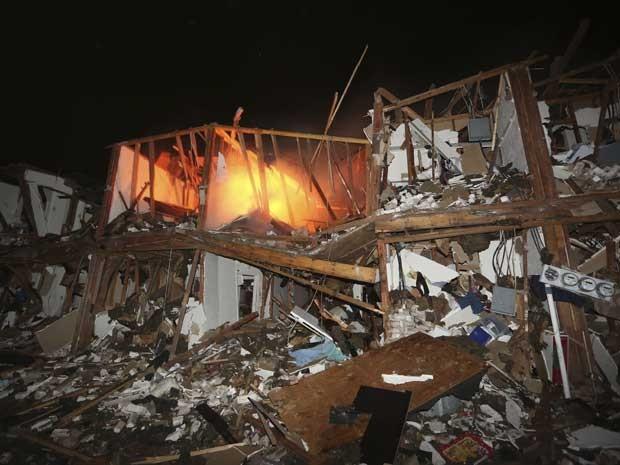 Imóveis destruídos pelo fogo. (Foto: LM Otero / AP Photo)