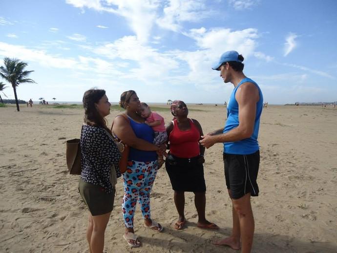 Fábio Luiz conversa com mães das crianças da escolinha (Foto: Divulgação/Arquivo Pessoal)