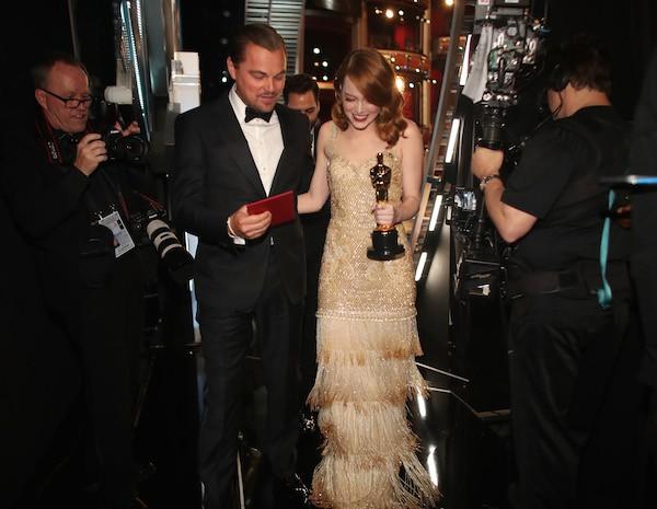 Leonardo DiCaprio com o envelope anunciando o Oscar de Melhor Atriz para Emma Stone (Foto: Getty Images)