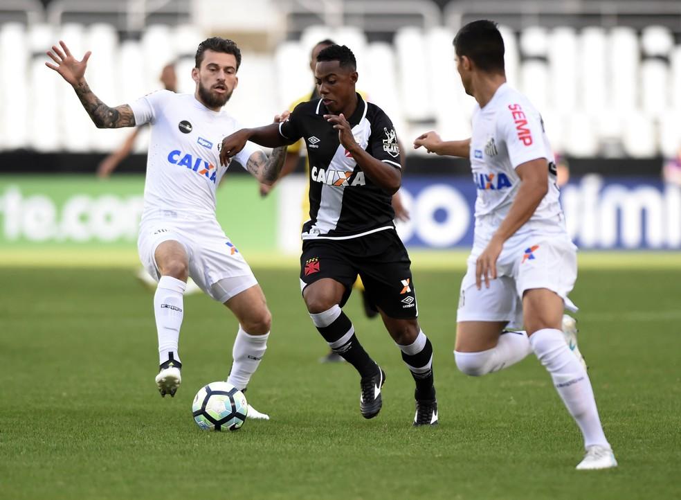 Wellington e Lucas Lima, em disputa de bola no jogo Vasco x Santos (Foto: André Durão)