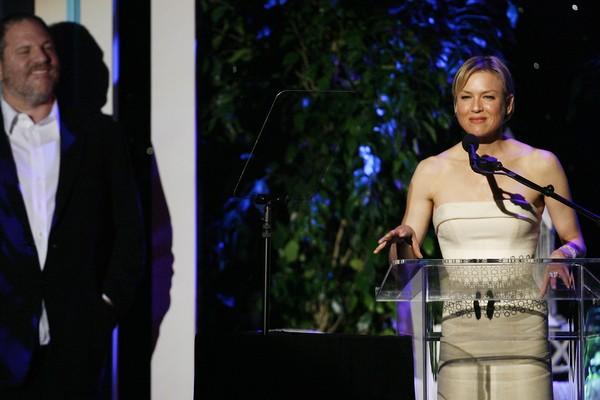 A atriz Renee Zellweger sendo observada pelo produtor Harvey Weinstein durante um evento em 2014 (Foto: Getty Images)