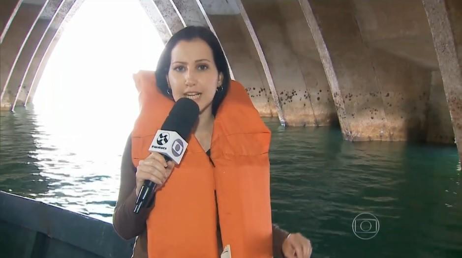 Repórter Amanda Dantas dentro da igreja inundada (Foto: Reprodução/ Rede Globo)