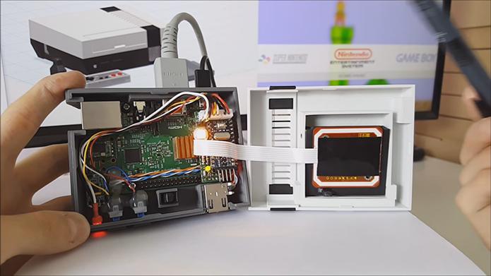 Case não apenas abriga o Raspberry como oferece recurso de leitura de cartuchos via NFC (placa marrom na tampa branca à direita) (Foto: Divulgação/Daftmike)