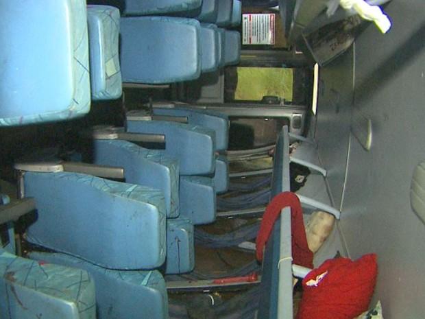 Interior do ônibus tombado na Rodovia Abrão Assed, em Serrana, SP (Foto: Reprodução/EPTV)