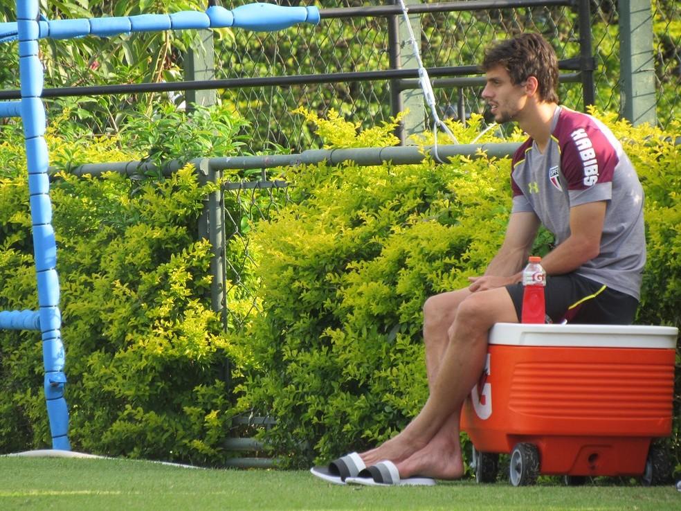 Rodrigo Caio assiste ao treino do São Paulo no CT da Barra Funda (Foto: Marcelo Hazan)