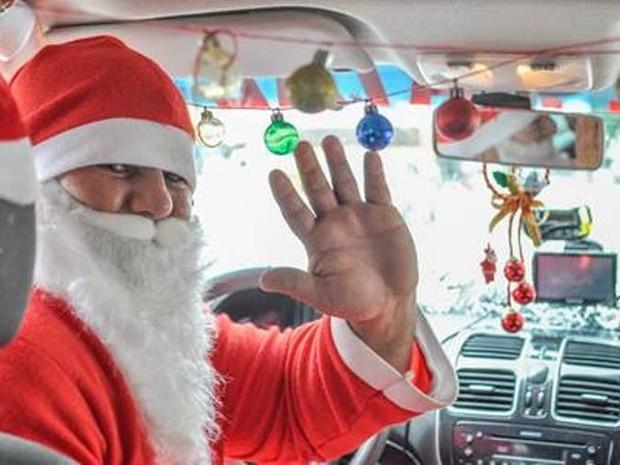 Taxista se veste de Papai Noel em Jaraguá do Sul (Foto: Eduardo Montecino/OCP)