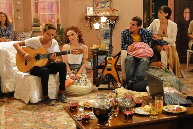 Gadú faz um show privé para a galera (Foto: Louco por Elas/TV Globo)