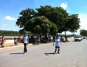 Ricardinho anda pelas ruas de Pirapora, à beira do Rio São Francisco. (Foto: Thiago França/Globoesporte.com)