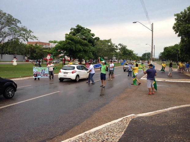 Manifestantes entregam adesivos anti-governo para motoristas em Palmas (Foto: Patrício Reis/G1)