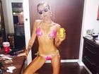 De biquíni, Miley Cyrus posa fazendo careta para foto