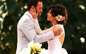 Look de noiva de Miriam tem flores no cabelo e vestido de renda