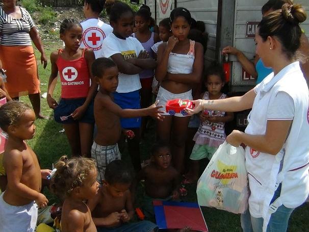 Cruz Vermelha - ação no lixão de São Gonçalo (Foto: Divulgação)