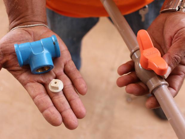 Preso adaptou tampão que impede passagem de água e fez furo de 4,5 mm (Foto: Gabriela Pavão/ G1 MS)